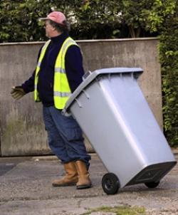 """Nữ giám đốc mất việc chỉ bởi một câu nói của """"ông lão quét rác"""""""